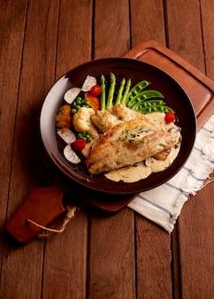 Рыбное блюдо, жареное рыбное филе и овощи