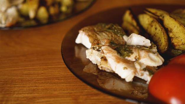 魚料理-揚げ魚の切り身と揚げたジャガイモと野菜のスパイスとローズマリー、上面図、コピースペース