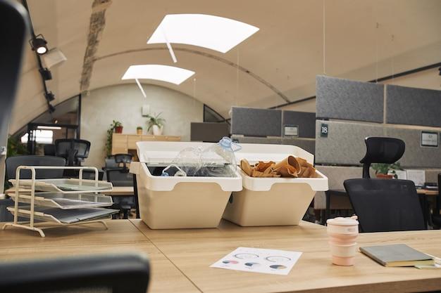現代のオフィスインテリア、コピースペースの机の上の2つの廃棄物分別コンテナの魚眼表面画像