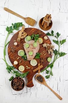 魚の切り身と調理用スパイスの材料