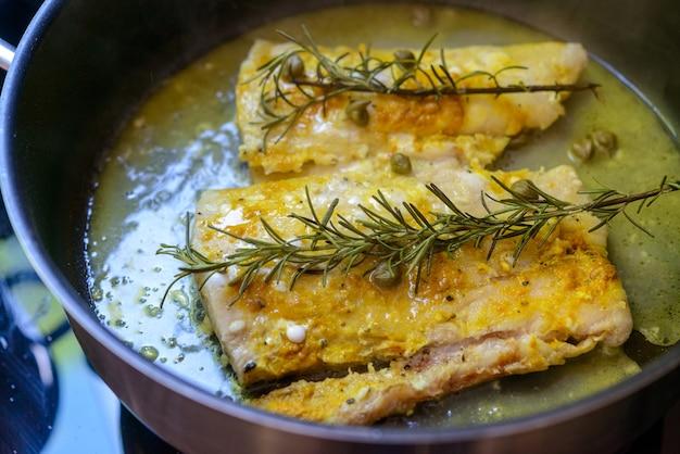 로즈마리와 케이퍼를 곁들인 프라이팬에 튀긴 생선 필레