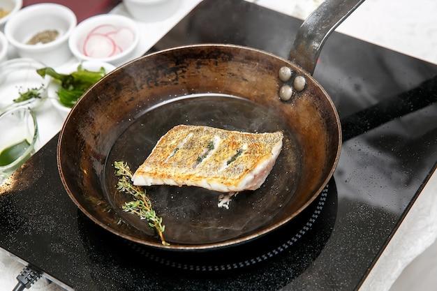 フライパンで揚げたザンダーの魚の切り身