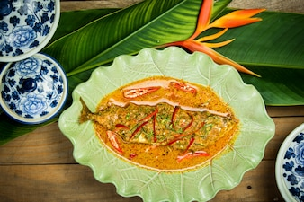 スパイシーなソース、タイ料理の魚