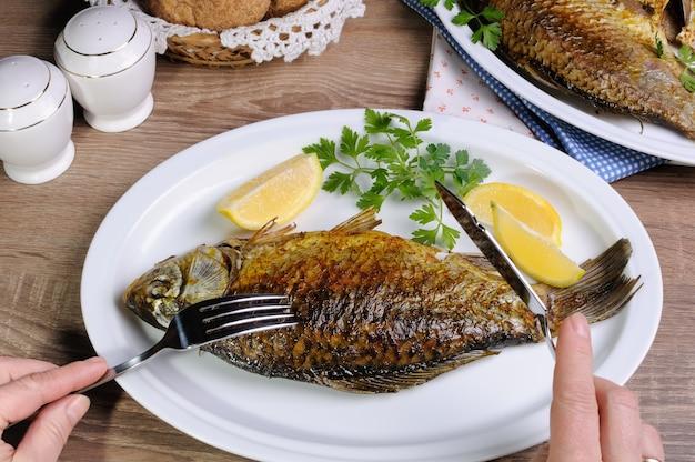 배급의 생선은 메뉴의 균형 잡힌 식단입니다.