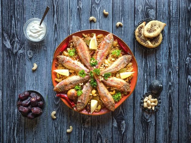 Fish kabsa - смешанные рисовые блюда, которые берут свое начало в йемене. ближневосточная еда.