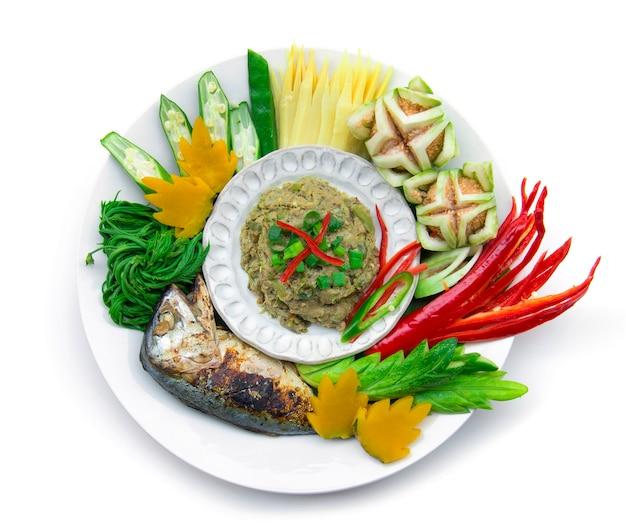 Рыба скумбрия сушеная паста чили острая со свежими и вареными овощами, гриль тайская скумбрия. тайская кухня, тайская здоровая еда или диетическое питание вид сверху изолированные