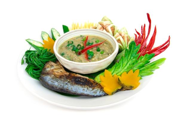 Рыба скумбрия паста чили острая со свежими и вареными овощами, гриль тайская скумбрия. тайская кухня, тайская здоровая еда или диетическое питание вид сбоку изолированные