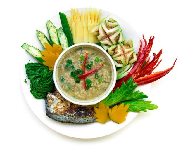 Рыба скумбрия паста чили острая со свежими и вареными овощами, гриль тайская скумбрия. тайская кухня, тайская здоровая еда или диетическое питание вид сверху изолированные