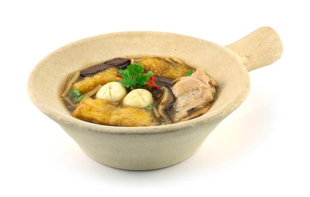 클레이 팟(kra-pho-pla) 중국 음식 스타일 사이드뷰에 닭고기, 계란, 죽순을 넣은 생선 수프