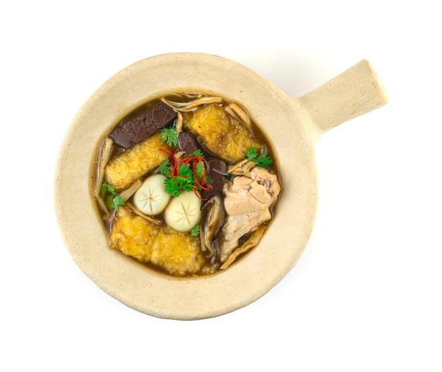 클레이 포트(kra-pho-pla) 중국 음식 스타일 탑뷰에 닭고기, 계란, 죽순을 넣은 생선 수프