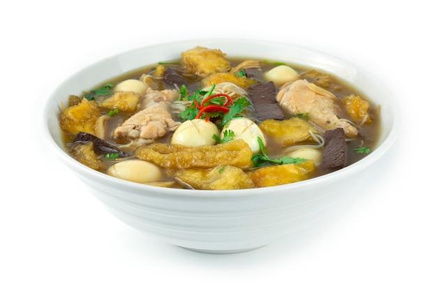 흰색 그릇에 닭고기, 계란, 죽순을 넣은 생선 수프(kra-pho-pla) 중국 음식 스타일 측경