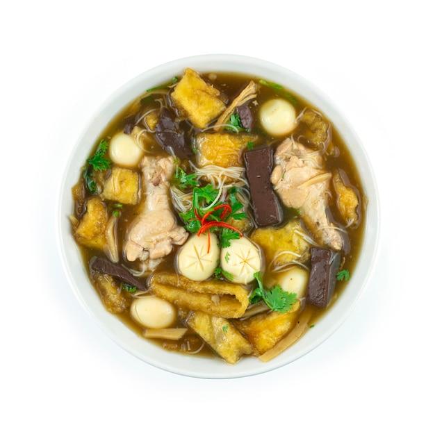 흰색 그릇(kra-pho-pla) 중국 음식 스타일 탑뷰에 닭고기, 계란, 죽순을 넣은 생선 수프