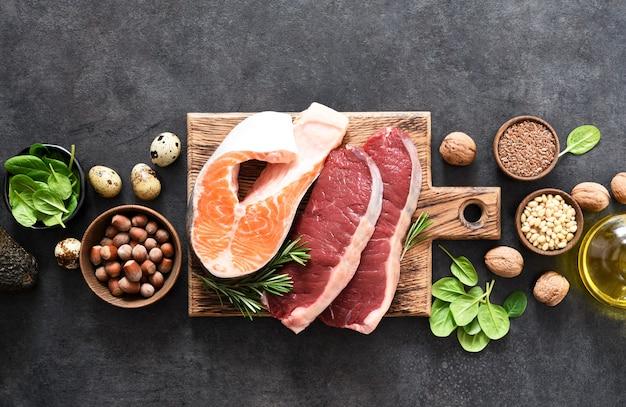 Рыба, мясо и овощи на бетонном фоне. продукты с содержанием витамина b. сбалансированная диета. кето-диета.