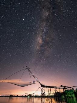 Рыболовные сети с млечным путем в пакпра пхаттхалунг, таиланд