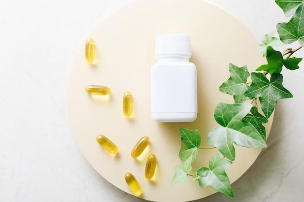 Витаминные капсулы рыбьего жира на светлом столе