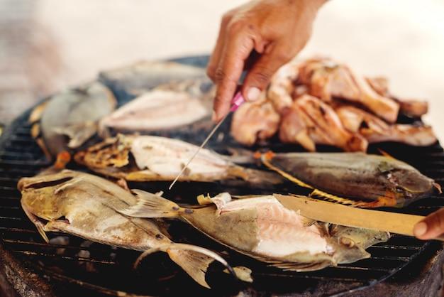 Рыба на гриле. готовится здоровая вкусная еда.