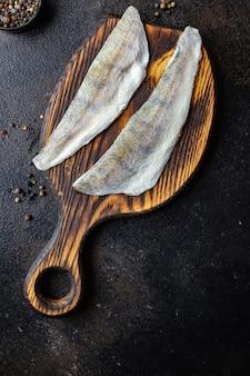 魚パイクパーチ生の新鮮なシーフードオーガニック製品メルルーサミールスナックコピースペース食品背景