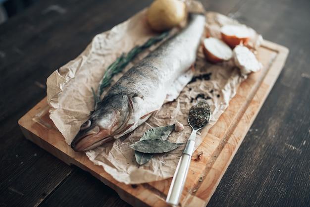 커팅 보드에 생선 준비 재료