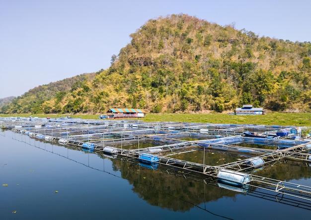 大きな貯水池の魚飼育ケージ。