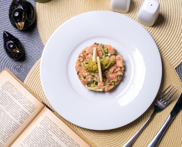 魚のサラダサーモンキュウリアップルマッシュアボカドトップビュー