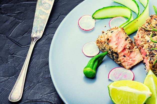 참치, 라임, 오크라, 무, 당근을 곁들인 생선 샐러드