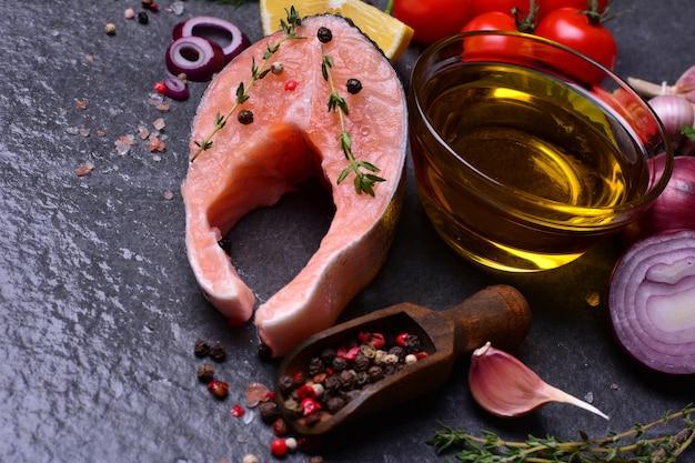魚のサーモンとスパイスと野菜
