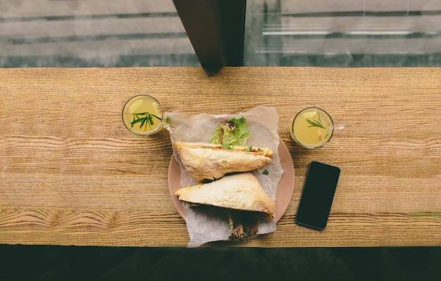 생선 샌드위치와 살라미, 차와 휴대폰