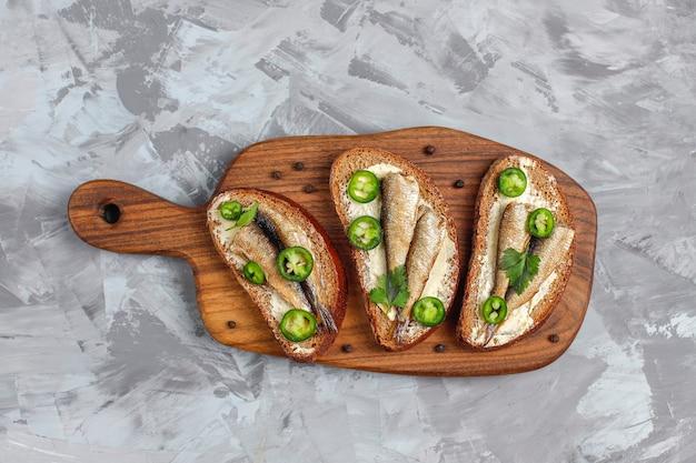 スプラットと魚のサンドイッチ。