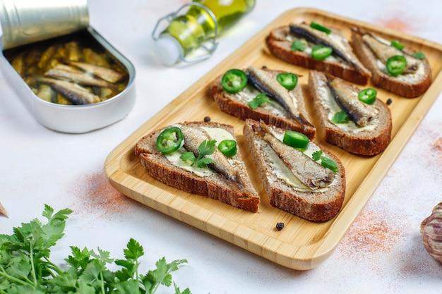 Panini di pesce con spratti.