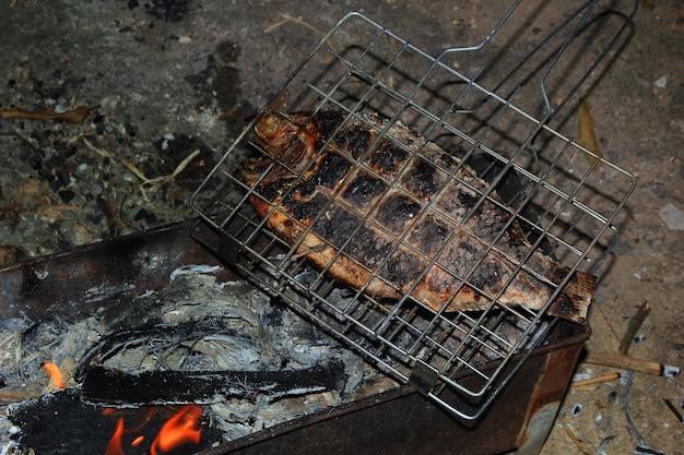 뜨거운 석탄 난로에 구운 생선 비늘.