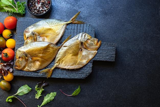 魚の海の鋤骨の燻製料理のスナックミール
