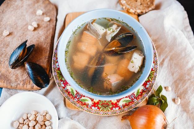 魚のスープ-ムール貝と魚を使った伝統的な地中海の魚のスープ