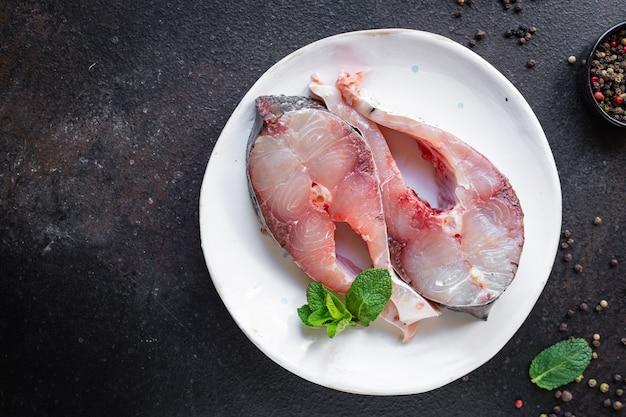 魚のステーキ生の銀鯉はスナック健康的な菜食主義の食事を調理する準備ができています