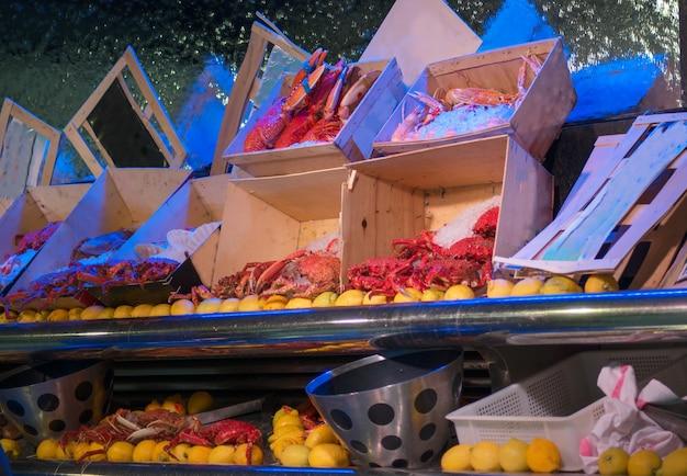 Уличный рыбный рынок. на свежем рынке в париже продается множество вкусных и изысканных морских морепродуктов.