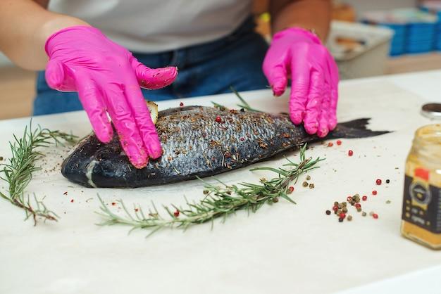Рыба с ароматными травами и специями