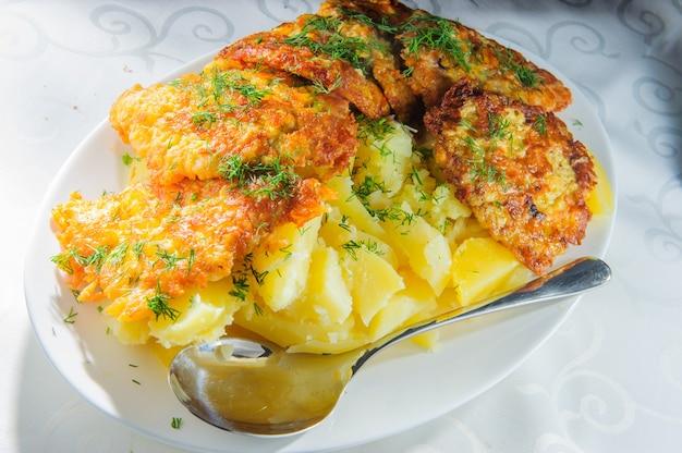 으깬 감자를 곁들인 생선.