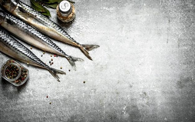 コショウと塩で魚。