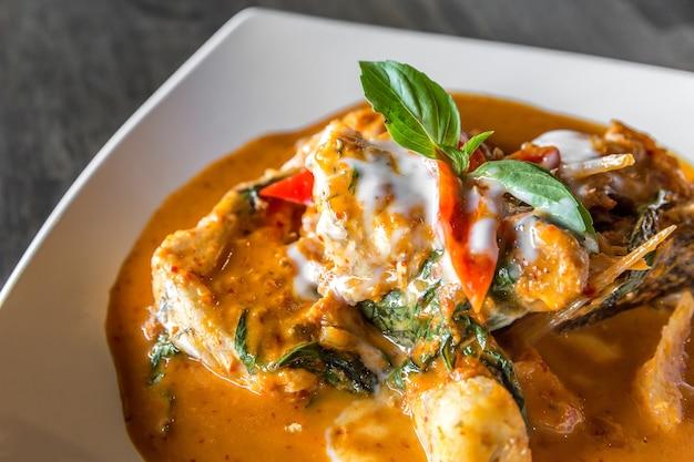 Рыба с красной карриной пастой Premium Фотографии