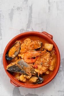 茶色のセラミック皿に野菜と魚