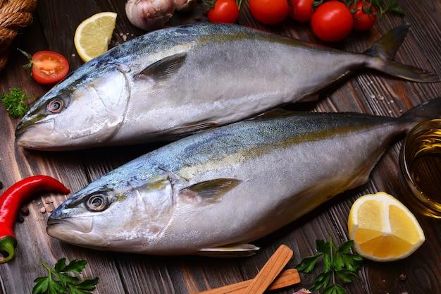 Рыба желтохвоста (японский амберджек) приправы и овощи