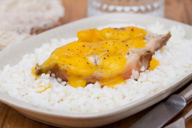 Fishでた魚のソースと白皿にご飯