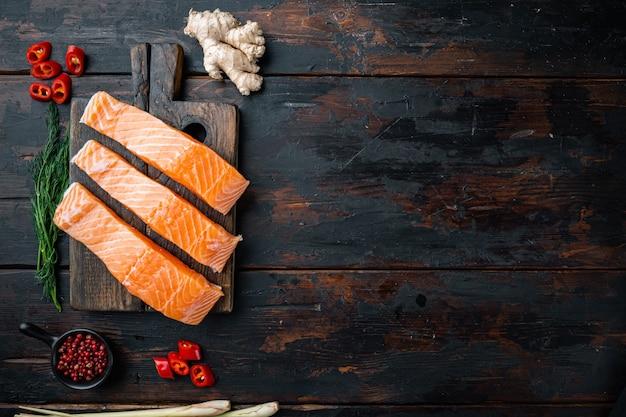 Ингредиенты для рыбных котлет с травами и специями из лосося, на старом деревянном столе, вид сверху с пространством для текста