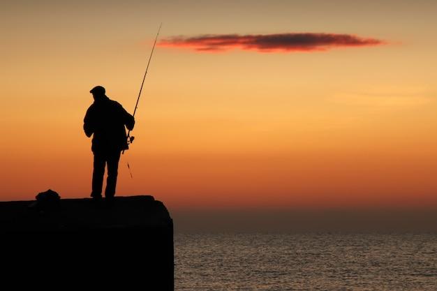 日の出の漁師