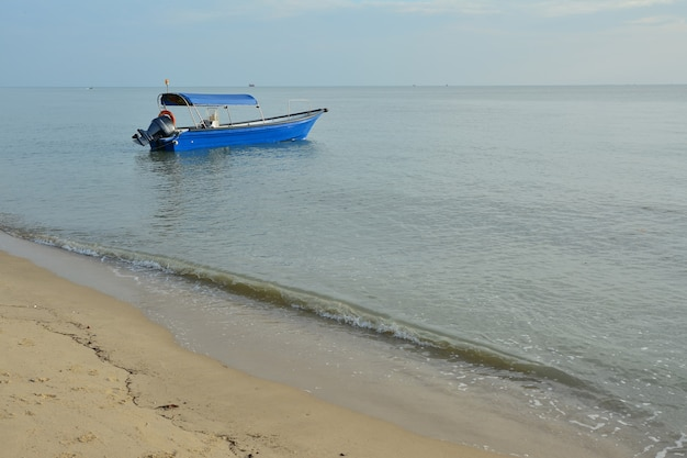 Лодка рыбака на фоне заката
