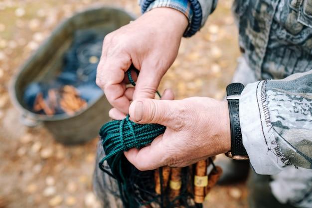 Рыбак держит рыболовную сеть