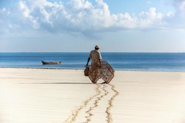Рыбак в кении, вода, природа, люди, рыбалка, океан, облака, африка, человек рыбак рано