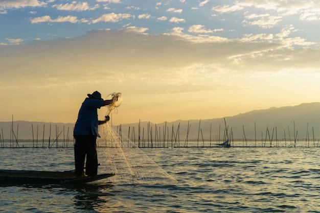Рыбак в озере
