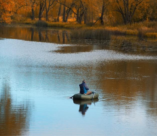 川船の風景の背景の漁師