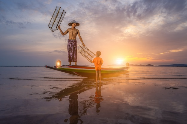 Модель рыбака утром с красивым морским пейзажем
