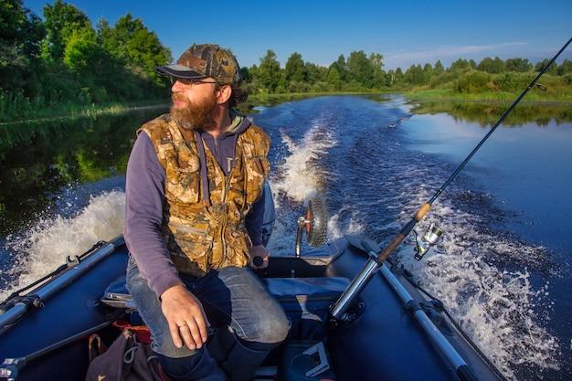 Рыбак на моторной лодке со спиннингом